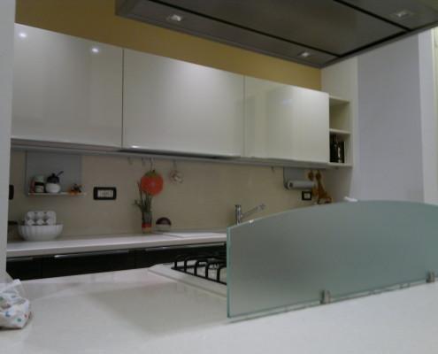 rinnovare la cucina: isola centrale e piano di lavoro